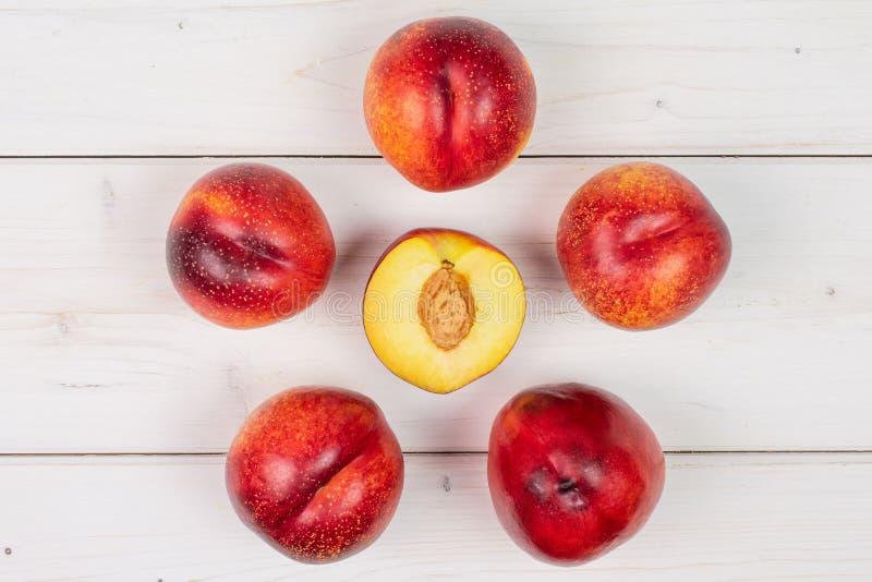 Ny röd nektarin på grått trä royaltyfri fotografi