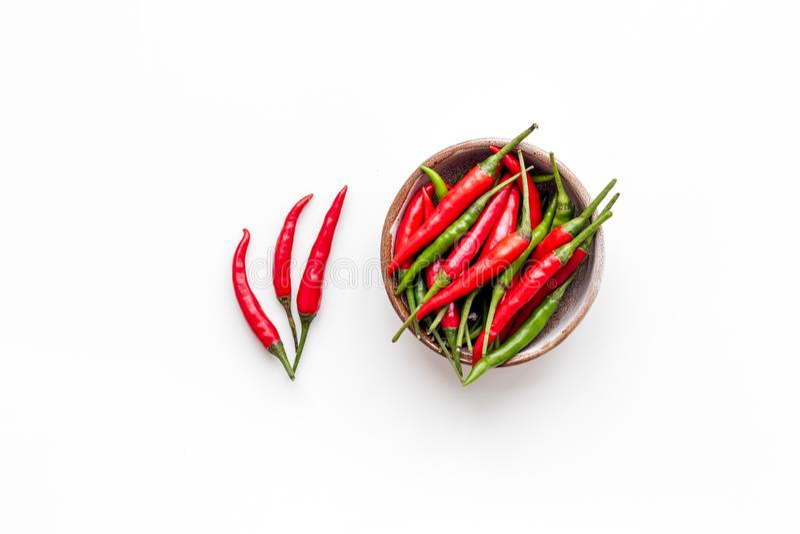 Ny röd och grön chilipeppar som matingrediensen på bästa sikt för vit tabellbakgrund royaltyfri fotografi