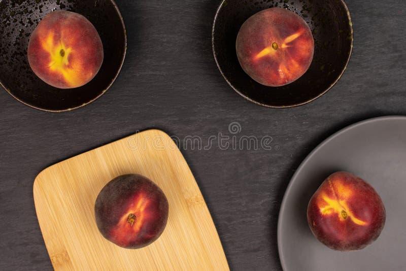 Ny röd persika på den gråa stenen royaltyfri foto
