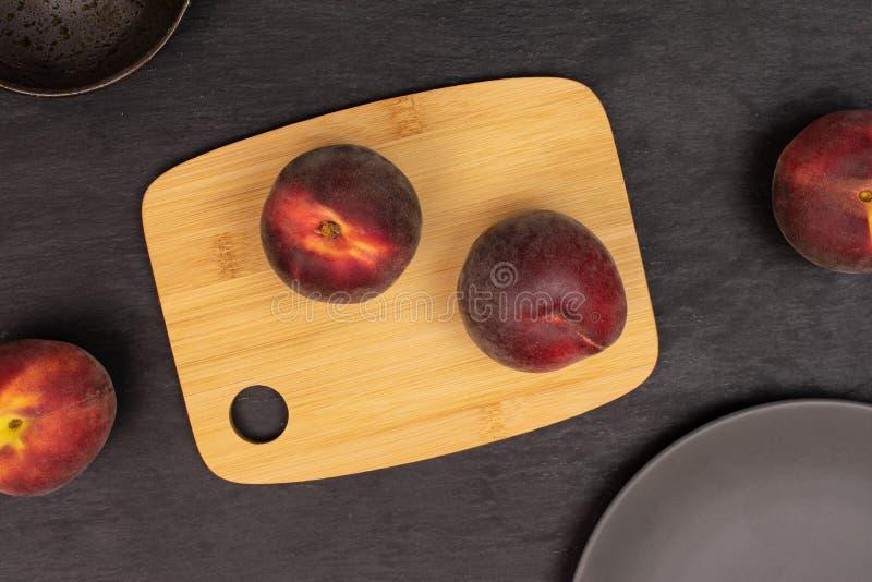 Ny röd persika på den gråa stenen fotografering för bildbyråer