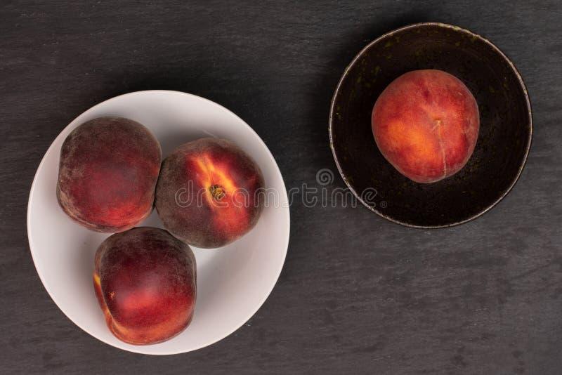 Ny röd persika på den gråa stenen royaltyfria bilder