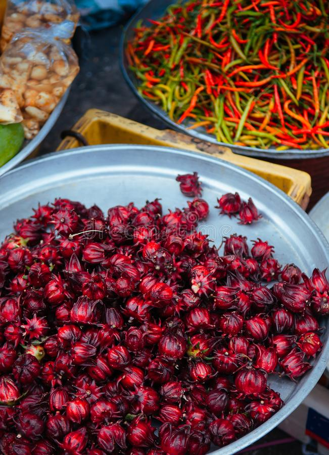Ny röd Roselle fruktförsäljning på den lokala grönsaken shoppar på den Kim Yong marknaden, Hat Yai - Songkhla - Thailand royaltyfria bilder