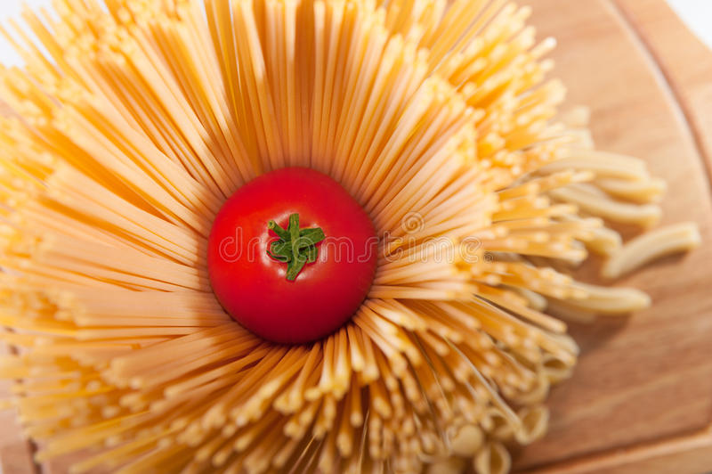 Ny röd tomat inom spagettipasta royaltyfri fotografi