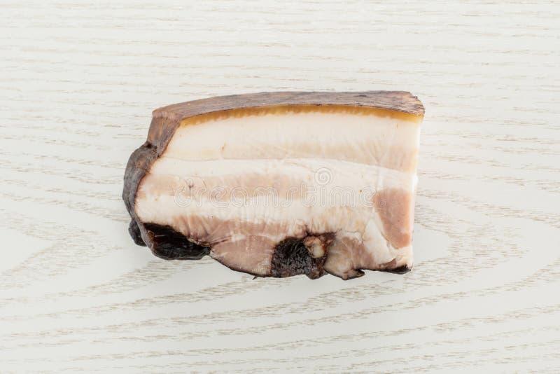 Ny rökt engelsk bacon på grått trä royaltyfri fotografi