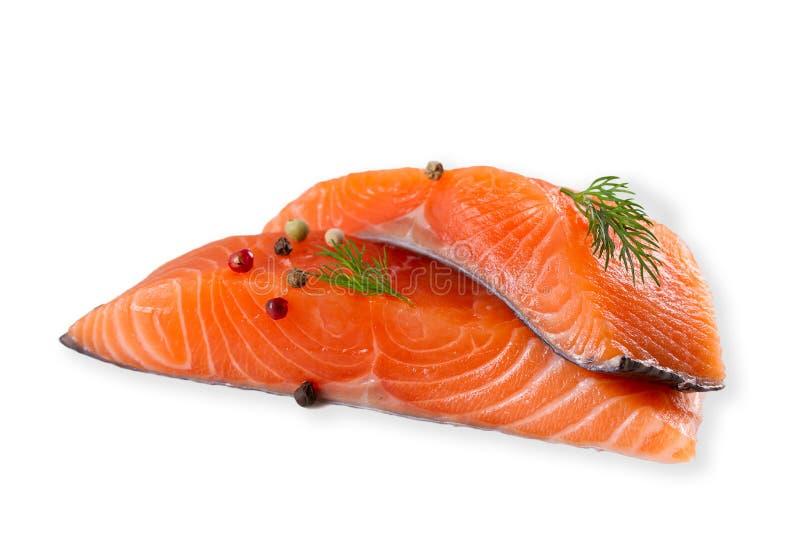 Ny r? laxfisk med kryddor som isoleras p? vit bakgrund med skugga royaltyfri foto