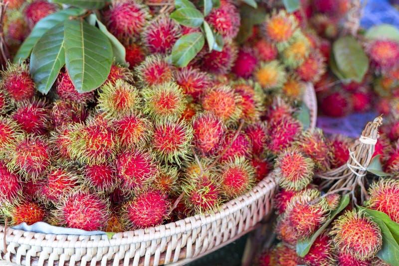 Ny rambutan som säljer i fruktmarknaden Rambutan f?r tropisk frukt royaltyfri fotografi