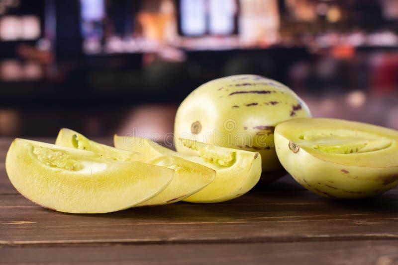Ny randig pepinomelon med restaurangen arkivfoto