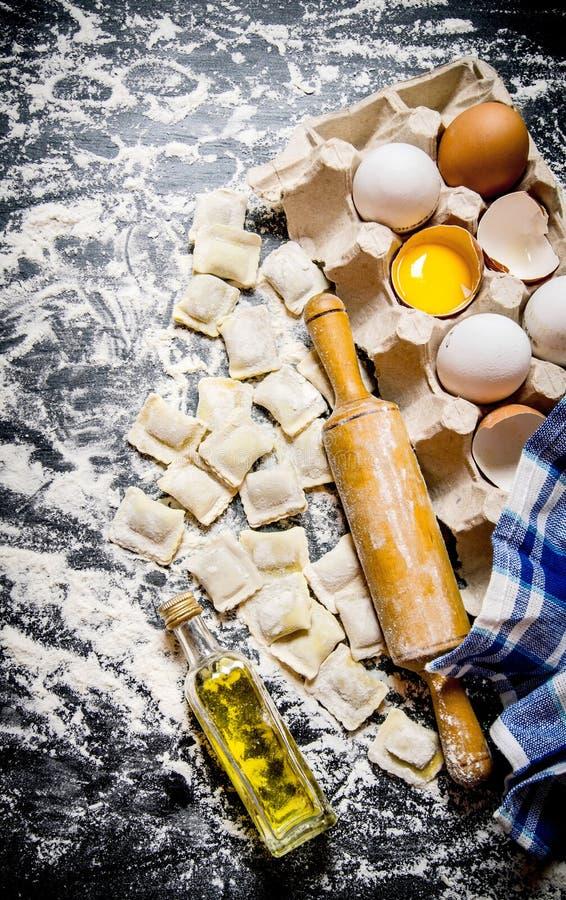 Ny ravioli med en kavel, ägg och olivolja fotografering för bildbyråer