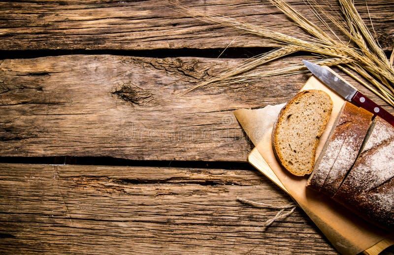 ny rye för brödöron trägrund tabell för djupfält arkivbild