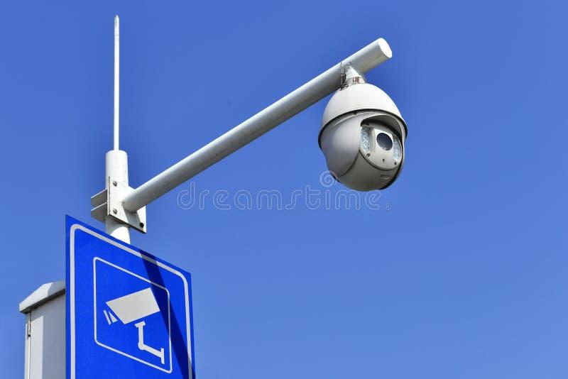 Ny säkerhetskamera med lett infrarött fläckljus, gatabildskärm, rekord direkt, i blå himmel royaltyfri fotografi