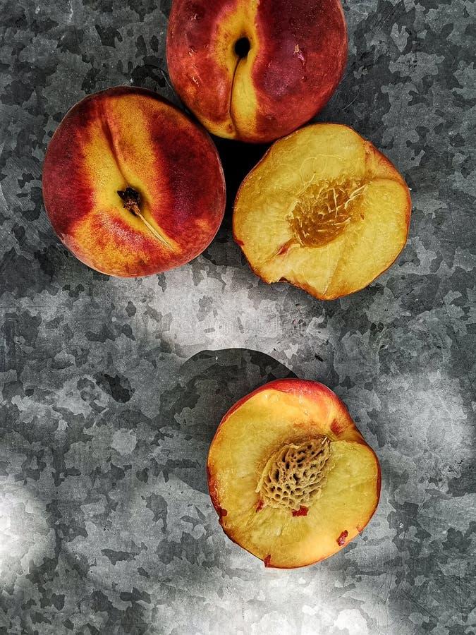 Ny söt grupp av persikor på mörk bakgrund i trädgården royaltyfria foton