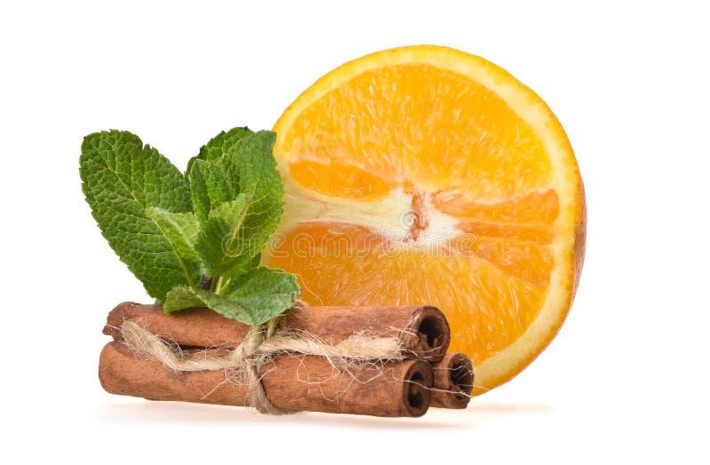 Ny saftig sammansättning av den mogna apelsinen, mintkaramellsidor och kanelbruna pinnar royaltyfri fotografi