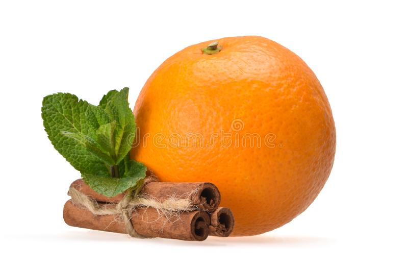 Ny saftig sammansättning av mogna apelsin-, pepparmint- och kanelpinnar fotografering för bildbyråer