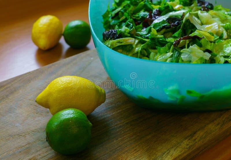 Ny sallad från olika typer av gräsplaner som kryddas med olivolja- och limefruktfruktsaft med citronen royaltyfri bild