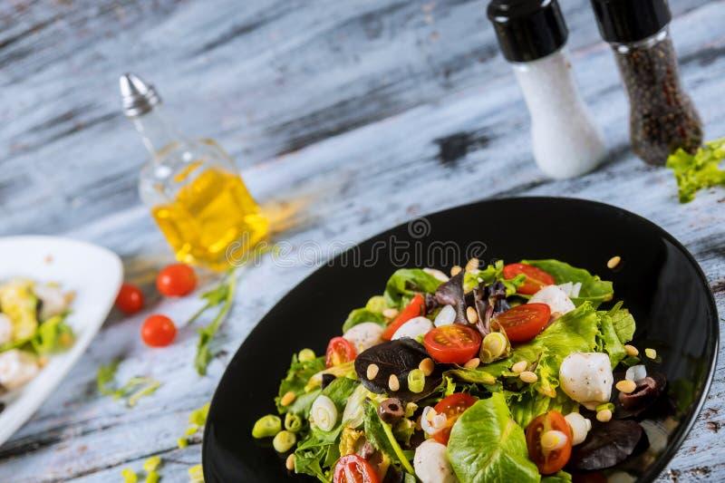Ny sallad med arugularucolaen, körsbärsröda tomater, mozzarellaost Selektiv fokus för sund mat royaltyfri fotografi