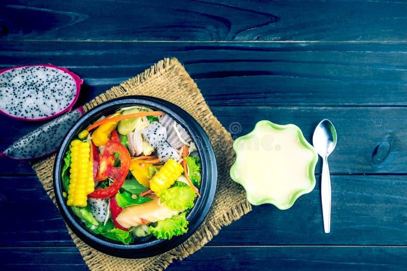 Ny sallad med höna, tomater och blandade gräsplaner, havresallad, arugula, mesclun, mache arkivbilder