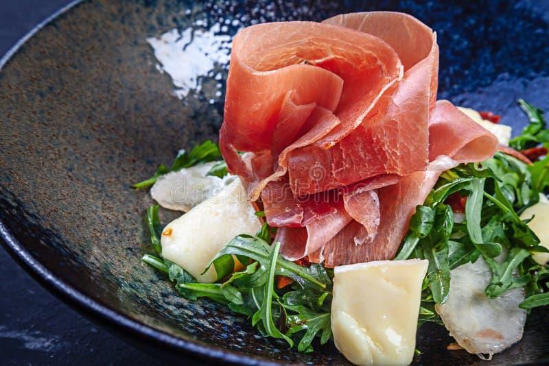 Ny sallad med jamonrucola och parmesan wine f?r r?d rice f?r paella f?r apelsiner f?r bakgrundskokkonstfokus selektiv spansk clos royaltyfria foton