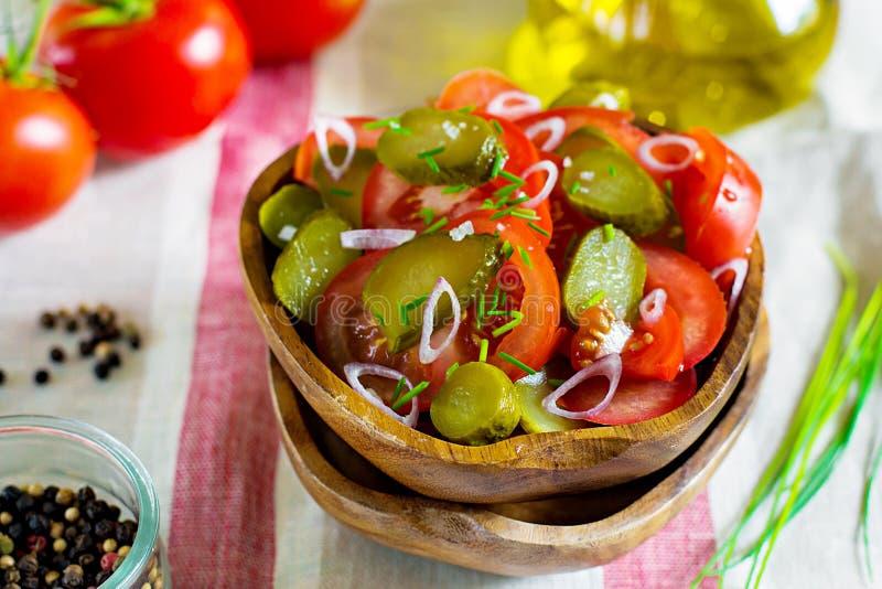 Ny sallad med tomater, knipor och lökar arkivbilder