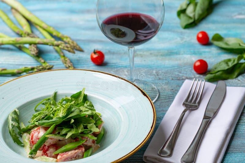Ny sallad med tomater och blandade gräsplaner arugula mesclun, mache på träbakgrund sund mat royaltyfri foto