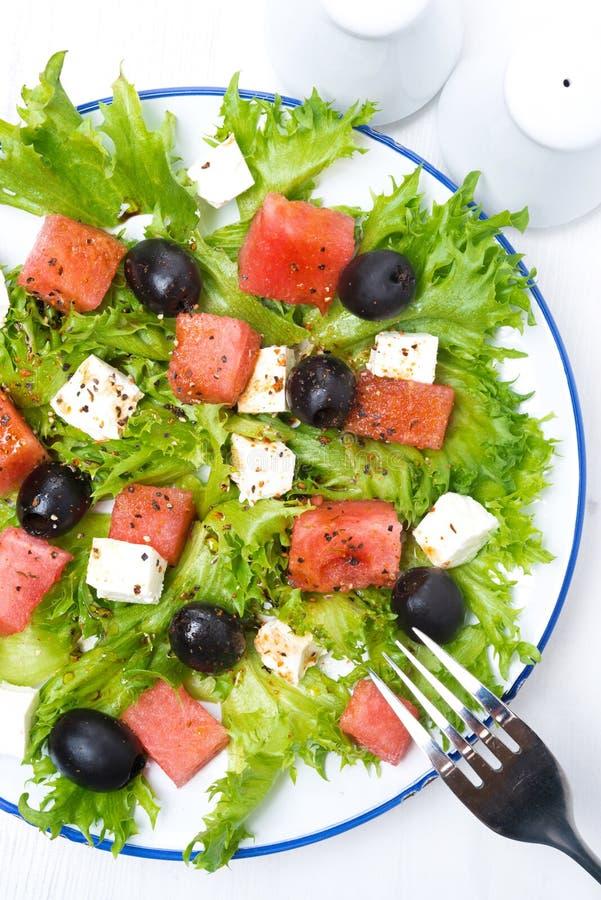 Ny sallad med vattenmelon, fetaost och oliv, närbild royaltyfria bilder
