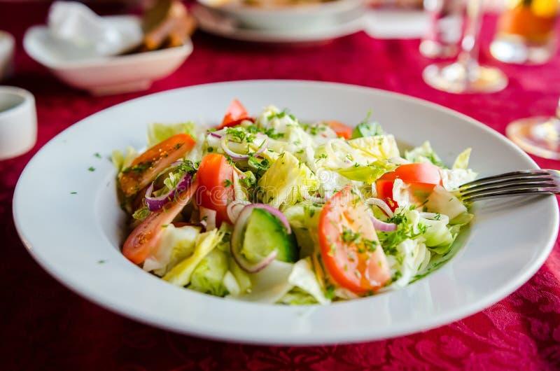 Ny sallad på restaurangen royaltyfria foton