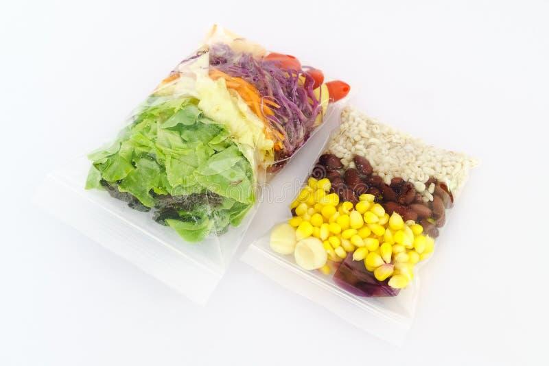 Ny sallad som packas i plastpåse på vit bakgrund - snabb hea royaltyfria foton