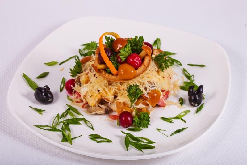 Ny sallad som sorteras med champinjoner, grönsaker, kött, gräsplaner och ost arkivfoto