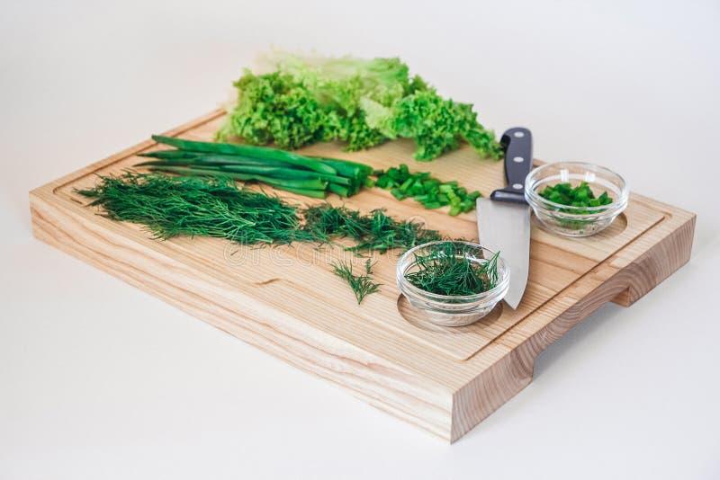 Ny sallad, vegetarisk sallad, kål på träbräde på en vit bakgrund arkivfoto