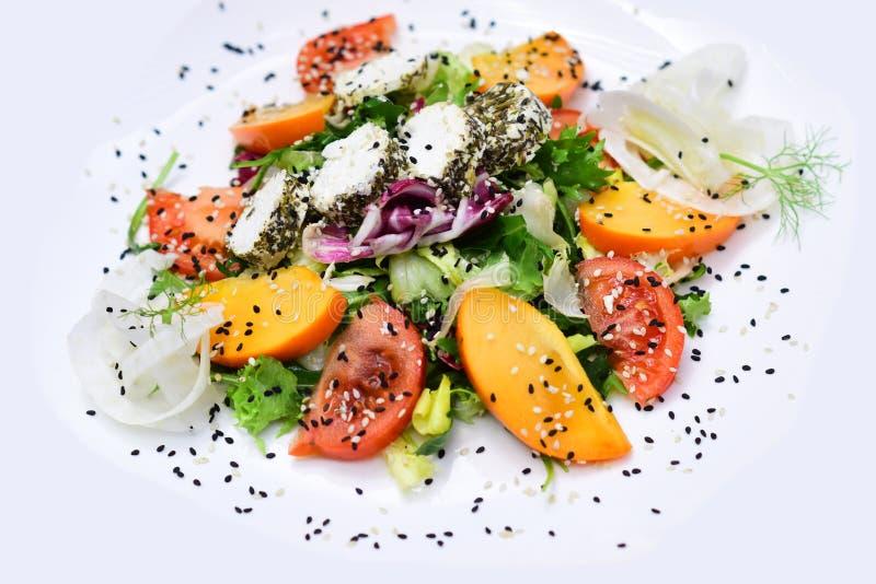 Ny salladplatta med naturliga gräsplaner och tomat med ost Naturlig och sund grönsakmat Du måste äta rätt royaltyfri foto