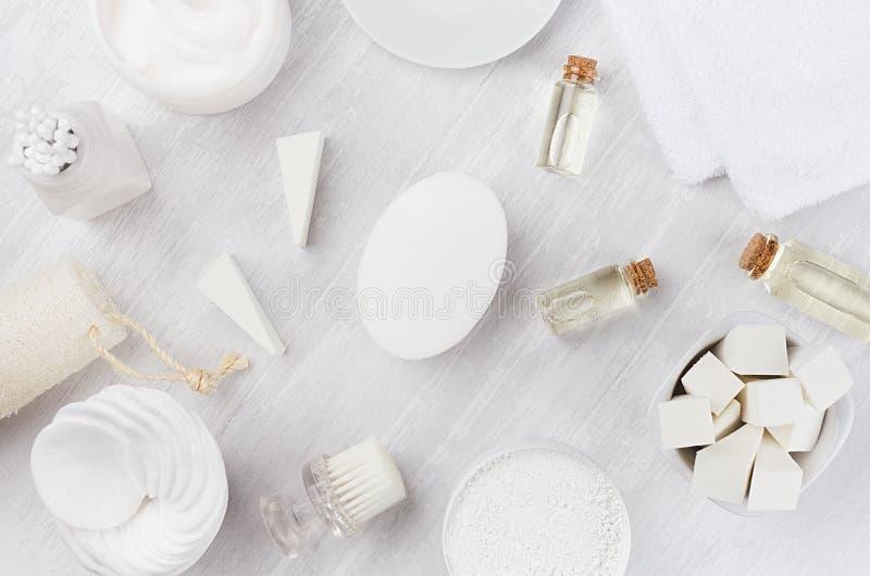 Ny samling för skönhetsmedel för kropp- och hudomsorgbrunnsort och naturlig badtillbehör på vit wood bakgrund, bästa sikt arkivbilder