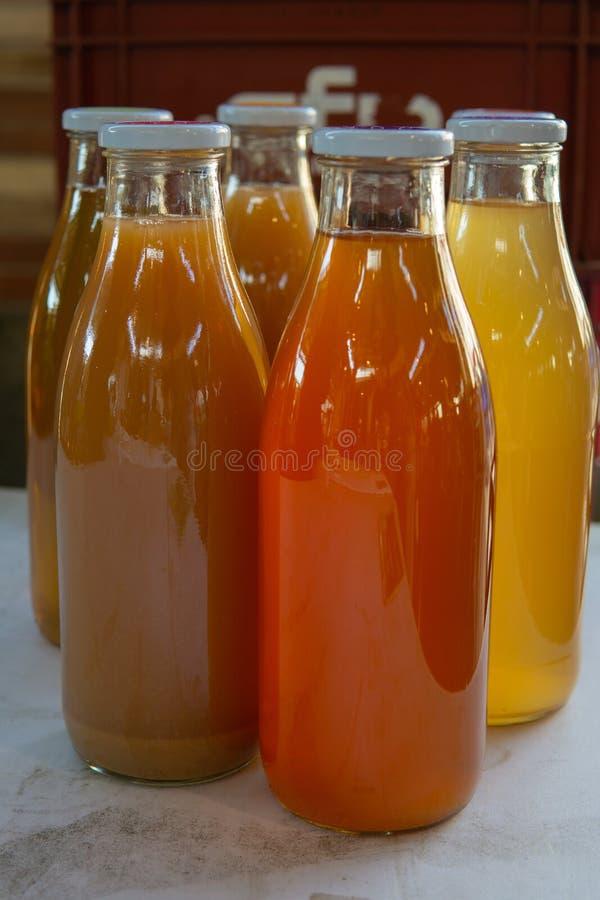 Ny sammanpressad fruktsaft som är till salu på tabellen på bönder, marknadsför royaltyfri bild