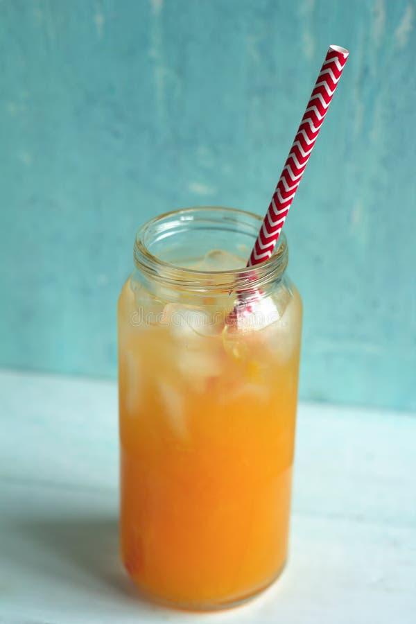 Ny-sammanpressad orange fruktsaft royaltyfri fotografi