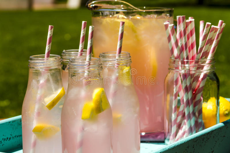 Ny sammanpressad rosa lemonad på uteplatsen royaltyfri bild