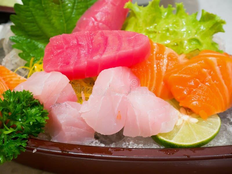 Ny sashimi för laxfiskskiva med tonfisksashimien royaltyfria bilder