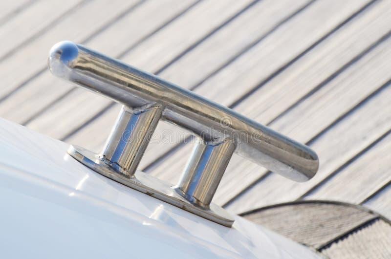 Ny segelbåtdubb, utrustning för att hålla rep dragna åt royaltyfri bild