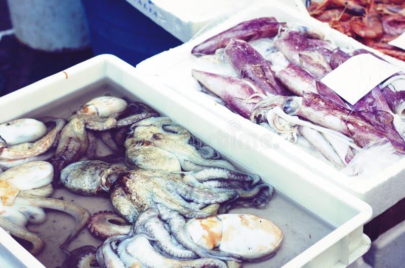 Ny skaldjur som ?r till salu i fiskmarknaden Pescheria av Catania, Sicilien, Italien royaltyfri foto