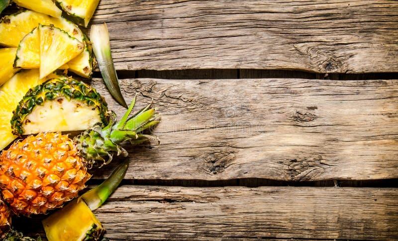 Ny skivad ananas med helt På träbakgrund arkivfoton