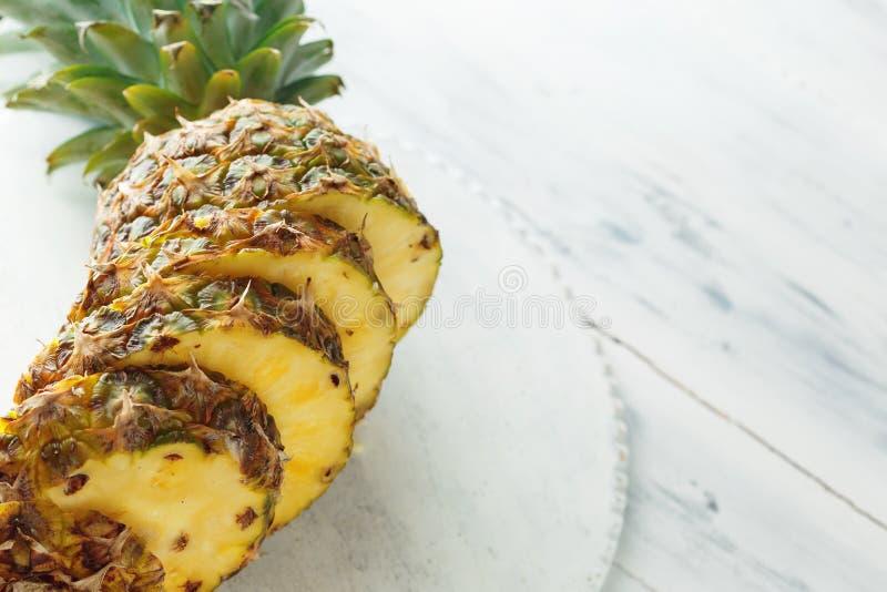 Ny skivad ananas på en skärbräda royaltyfria bilder