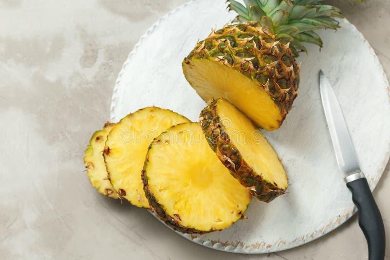 Ny skivad ananas på en skärbräda fotografering för bildbyråer