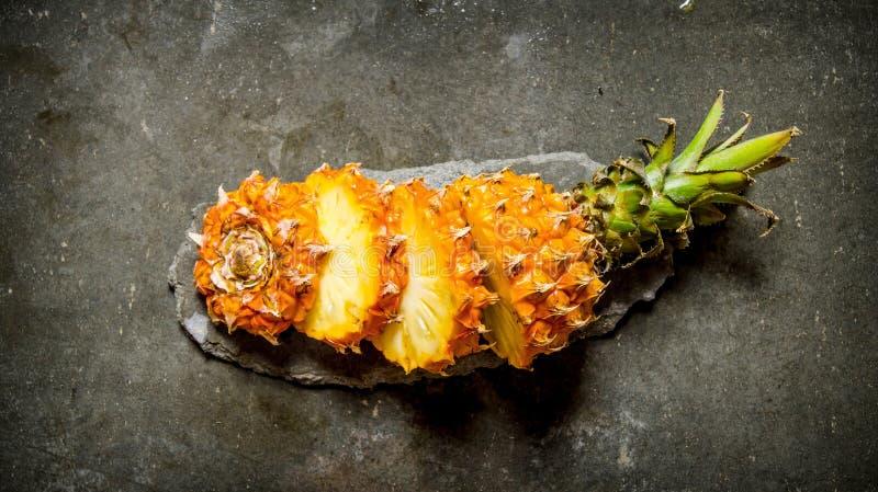 Ny skivad ananas på en stenställning royaltyfria foton