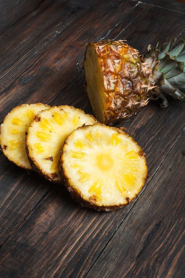 Ny skivad ananas på en wood tabell Top beskådar royaltyfria foton