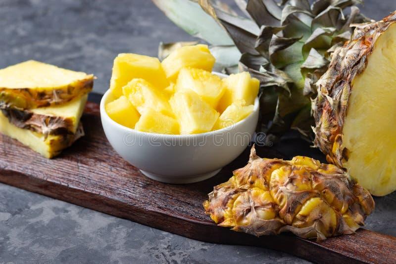 Ny skivad ananas p? tabellen royaltyfri fotografi