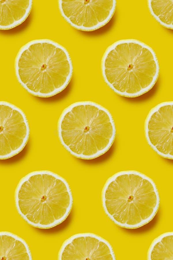 Ny skivad citron på gul bakgrund, oändlig modell royaltyfri bild