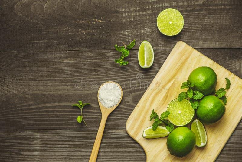Ny skivad limefrukt och att salta på trätabellen fotografering för bildbyråer
