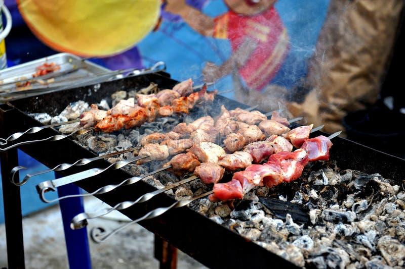 Ny smaklig grillfest med i fyrpannan utomhus royaltyfri bild