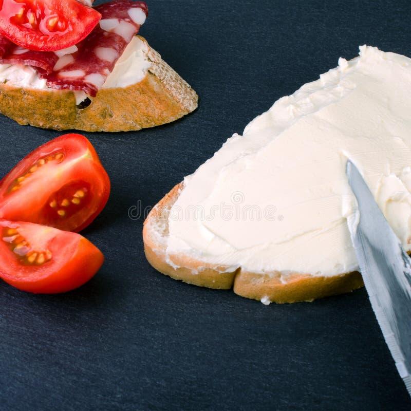Ny smaklig sandwiche med gräddost Aptitretande smörgåsar w royaltyfri bild