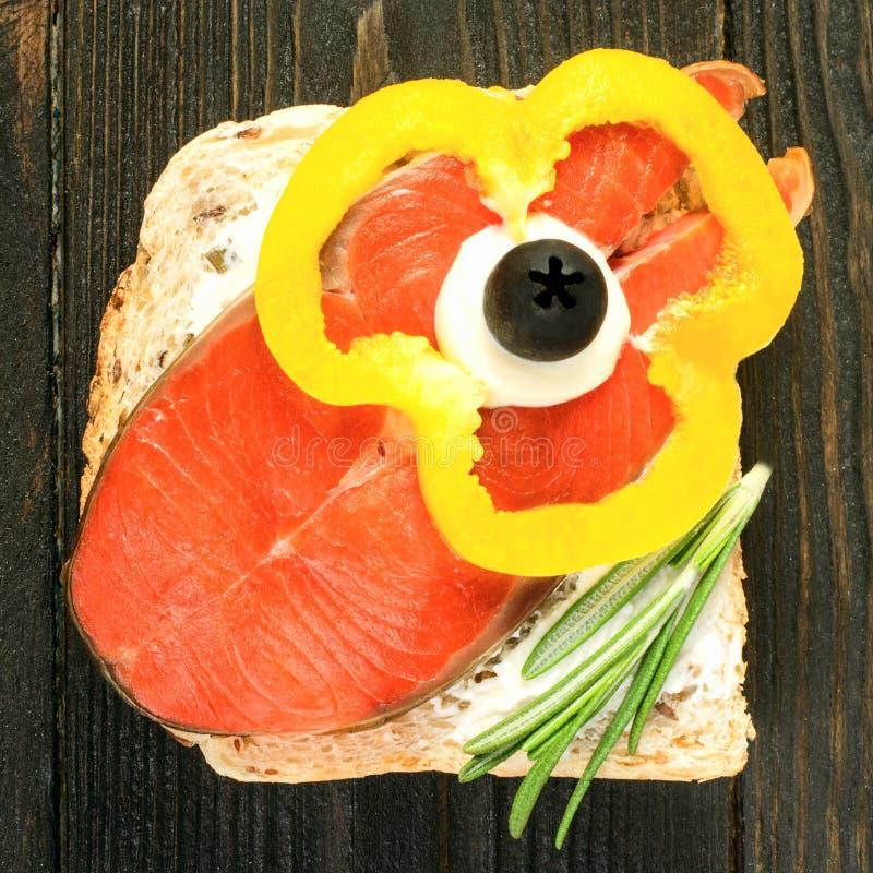 Ny smaklig smörgås med vitt bröd, rökt skiva av rimmat eller arkivbilder