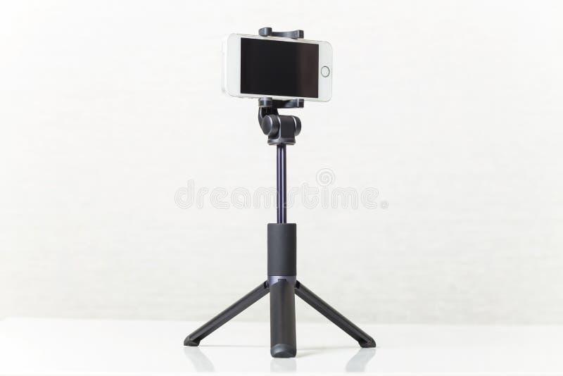 Ny smartphone på en tripod fotografering för bildbyråer