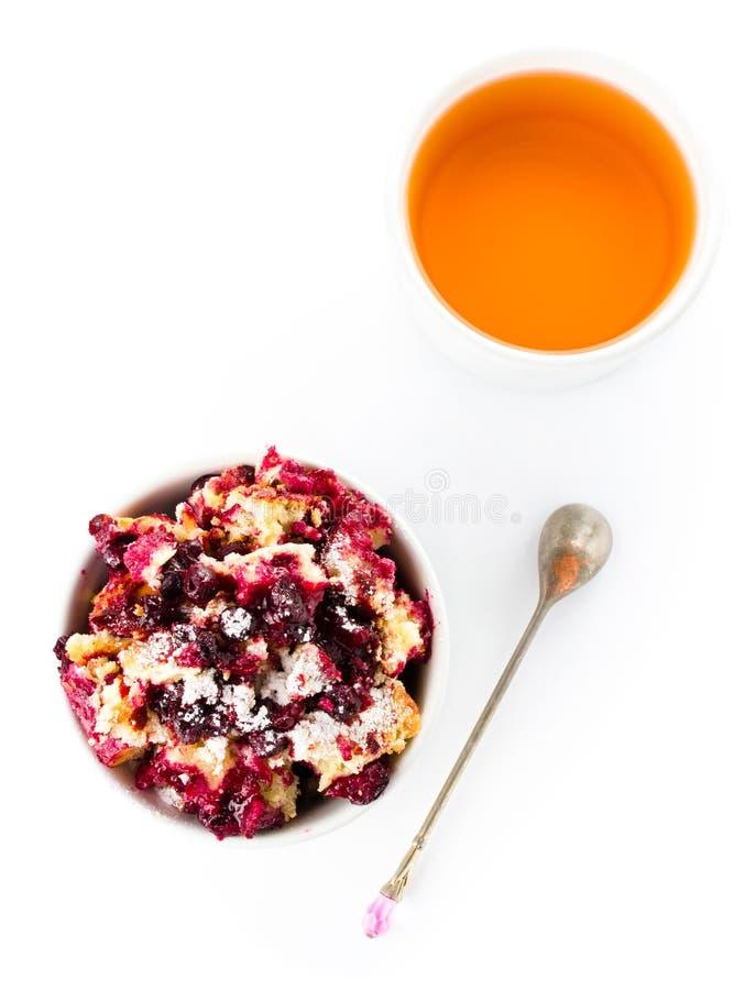 Ny smulpajefterrätt för frukt i en vit bunke med en kopp tenolla royaltyfri bild