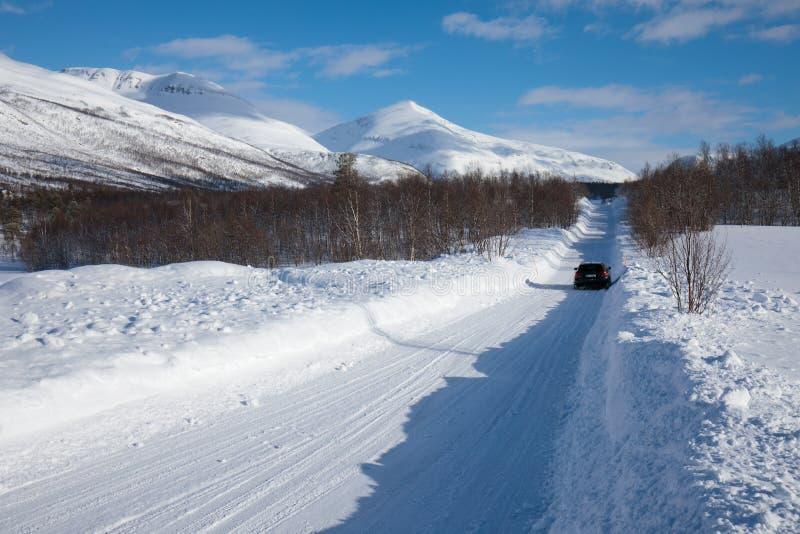 Ny snö på det Troms länet efter en kort vinter i Maj Ett härligt frostigt landskap i vintervinterlandskap i Norge royaltyfria bilder